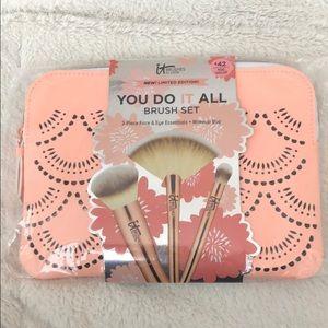 NWT IT Brush Set + Makeup Bag *Limited Edition*